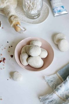 You only need four ingredients to make these DIY essential oil fragrance stones. They'll leave your house smelling naturally fresh! Perfume Zara, Diy Essential Oil Diffuser, Making Essential Oils, Essential Oil Candles, Diy Fragrance Stones, Diy Fragrance Candles, Diy Fragrance Sachets, Diffuser, Play Dough