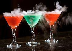Receita do cocktail para um Martini fumadores feito com 1.5 oz Absolut Citron .75 oz Cointreau .5 oz Branco suco de cranberry .5 oz xarope de romã confusa com dois cais Adicione gelo seco para decorar um cubo sobre o tamanho de uma uva