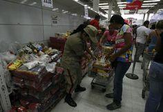 Miliciana revisando carrito de mercado para que no lleves de más pic.twitter.com/9bBLz5Xe2V