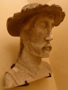 Statua colonna frammentaria del XIII sec. dalla Cattedrale. Cardinale. Museo Baron Gerard