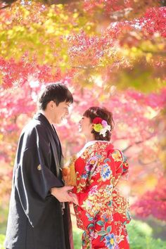 Different Cultures - WEDDINGS: Japanese wedding floral venue! Wedding Dress Separates, 2 Piece Wedding Dress, Wedding Kimono, Floral Wedding, Pre Wedding Poses, Wedding Couple Photos, Pre Wedding Photoshoot, Wedding Pictures, Professional Wedding Photography