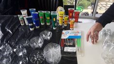 Blumen-Kunstwerk aus PET-Flaschen-Böden - einfacher als das Ergebnis vermuten lässt! Flower Artwork, Pet Bottle, Class Projects, Recycling, Pets, Flowers, Material, Diy Art, Craft Tutorials