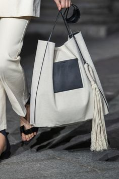Jil Sander Spring 2020 Fashion Show Details. All the fashion runway close-up details, shows, and handbags from the Jil Sander Spring 2020 Fashion Show Details. Fall Handbags, Satchel Handbags, Fashion Handbags, Purses And Handbags, Fashion Bags, Leather Handbags, Luxury Handbags, Cheap Handbags, Milan Fashion