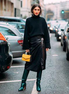 Truque de styling: usar uma bota de cano bem alto com a saia de couro midi é a solução para as baixas temperaturas. it-girl - tricot-preto-saia-couro-bota-verde-bolsa-amarela - saia couro - inverno - street style
