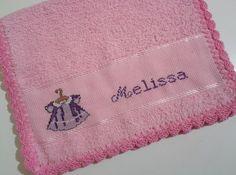 Toalhinha de mão bordada em ponto cruz-Vestidinho para a pequena Melissa que esta para chegar
