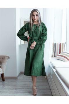 Сукня виконана з лляного полотна смарагдово-зеленого кольору і прикрашена  вишивкою на рукавах. 5997a1eb6a8b4