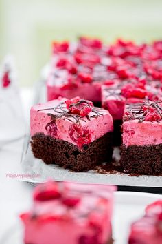 + Chocolate Cake with Raspberry Mousse - kokosowe brownie Raspberry Mousse, Chocolate Raspberry Cake, Chocolate Cake, No Cook Desserts, Cookie Desserts, Sweet Recipes, Cake Recipes, Polish Recipes, Food Cakes