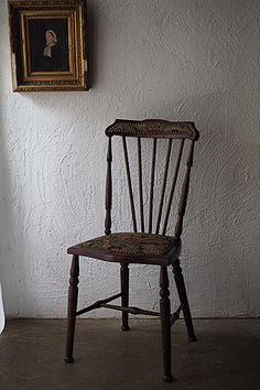 ゴブラン織りのエドワーディアンチェア-antique england chair 1901年〜1910年僅か10年の在位、エドワード7世治世時の椅子。背中のスティックバックはアーツ&クラフツの影響も受けた印象、ラグジュアリーな織り生地が綺麗に残っていたという事はディスプレイされ温存されていたのかと。木部にダメージ無くもちろん座れますが全体が小振りな造り、配された鋲含め座面生地と笠木張り地もオリジナルの状態ですので頻繁にお使いになる椅子としてはお薦め出来ません。