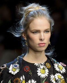 Lo #chignon di Dolce & Gabbana è elegantemenete spettinato, perfetto in ogni occasione #hairstyle #ss16