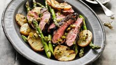 Barbecued butterflied lamb stars in this fabulous cuisine from the Mediterranean. Barbecued Lamb, Healthy Cooking, Cooking Recipes, Grilling Sides, Italy Food, Cooking On The Grill, Dried Beans, Lamb Recipes, Fish And Seafood