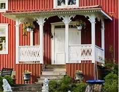 www.gardsromantik.se: Snickarglädje på förstukvist eller glasveranda Beautiful Buildings, Beautiful Homes, This Old House, Cabin Decks, Porch And Balcony, Swedish House, Scandinavian Living, House Entrance, Country Style