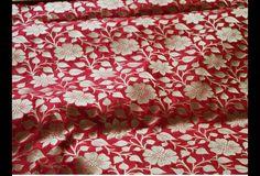 Ceci est une belle benarse pur brocart de soie tissu motif floral en rouge et or. Le tissu illustrent petites vignes florales tissées d'or sur fond rouge.  Vous pouvez utiliser ce tissu pour...