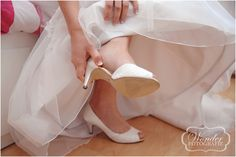 Schoenen bruid -Trouwfotograaf Almere - Bruidsfotografie - Trouwfotografie - Zeewolde - Kampen - Wedding Photography - http://www.wonder-fotografie.nl