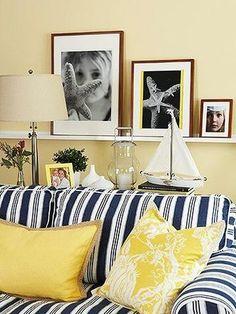 光や太陽をイメージさせるイエローはお部屋に取り入れるとパッした華やかさを与えてくれます。ですが組み合わせる色に注意したいところ。ネイビーはとても相性がいいですね。