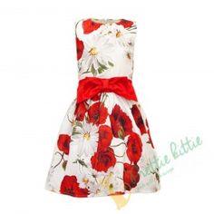 Fröhliches ärmelloses Mädchen Sommerkleid mit Mohnblumen und Gänseblümchen auf weissen Hintergrund. Das Kleid ist geschmückt mit einem roten Satingürtel und mit einer großer roten Masche an der Vorderseite und gleichzeitig mit einer leicht zu bindenden Schleife auf der Rückseite. Das ist ein passendes Kleid für alle formellen und festlichen Anlässe, Geburtstagsfeiern, oder Kinderfeiern im Sommer.