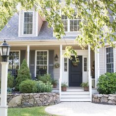 Front Porch Makeover on a Budget – Finding Home Farms – Wreath For Front Door İdeas. Exterior House Colors, Exterior Design, Exterior Paint, Summer Front Porches, Front Porch Makeover, Chelsea, Look Vintage, Porch Decorating, Decorating Ideas