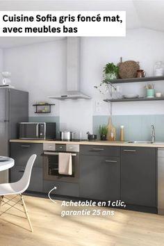 À la recherche d'une cuisine moderne et spacieuse ? Avec la cuisine Sofia achetable en 1 clic, vous bénéficierez de 4 meubles bas dont un pour intégrer le four. Vous pourrez ensuite la compléter d'un plan de travail en bois clair qui se marie à merveille avec le gris foncé mat et d'étagères en partie haute pour exposer vos bocaux. Et en plus, cette cuisine petit budget est garantie 25 ans ! Kitchen Cabinets, Four, Table, Furniture, Home Decor, Kitchen Modern, Decoration Home, Room Decor, Cabinets