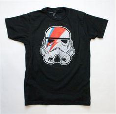"""[TOTD] Ziggy Startrooper by Enclothe    Excellent ! Mashup de Star Wars et de Ziggy Stardust (alias David Bowie), ce tee-shirt mettra d'accord tous les fans de rock et de SF. On doit cette création à un certain Jeremy Hanlin, pour le compte de la marque Enclothe. A découvrir en détail en cliquant sur """"lire la suite""""…    http://www.grafitee.fr/tee-shirt/ziggy-startrooper-enclothe/    #TOTD #lifestyle #fashion #StreetWear #StarWars #Tshirt"""
