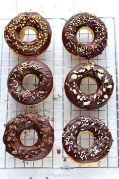 [On aime] Hoops ou donuts au four - By acb 4 you Tupperware, Donuts Beignets, Churros, Healthy Donuts, Sweet Cakes, Cooking Time, Biscuits, Muffins, Food And Drink