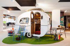 #Office #tuesday- Google Amsterdam. een authentieke jaren '60 #Otten #caravan heeft op de vijftiende verdieping zijn intrek genomen. Deze 'sleurhut', inclusief knusse kussens en #vintage meubilair, doet nu dienst als informele meeting room.