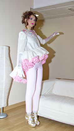 Colección SWEET SUGAR otoño/invierno 2012/13 modelo blusa con bajo asimétrico de volantes fruncidos y pantalón pitillo.