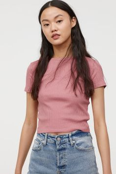 Discover a range of women's tops at H&M. From casual tees and crop tops to off-the-shoulder and going-out tops, shop online for every look. Boat Neck Tops, V Neck Tops, Tops Vintage, Vintage Pink, Pink Ladies, Orange T Shirts, Going Out Tops, Cute Summer Outfits, Lace Tops