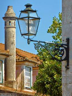 Em Alfama, na Madragoa, no Bairro Alto, na Mouraria, mas também noutros bairros tradicionais de Lisboa, os candeeiros de iluminação pública... Old Lights, Samos, Street Lamp, Lisbon, Cool Places To Visit, Portuguese, The Good Place, Street Lights, Urban