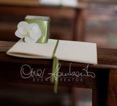 Abbinamenti white and green al matrimonio. Libretto Messa e scatolina portariso.