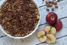 This recipe for apple pie is super simple and easy to cook and you get the most delicious pie. This apple pie is basically a layer of fresh apples topped with crumbled cinnamon dough. The sweet but still a little sour apples, goes perfectly with the crispy and cinnamon spiced crumble dough.