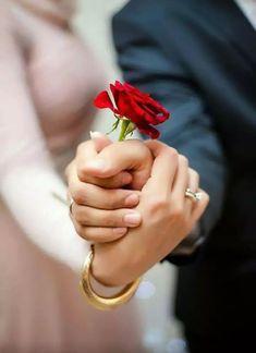 Indian Wedding Couple Photography, Wedding Couple Photos, Wedding Couple Poses Photography, Couple Photoshoot Poses, Wedding Photoshoot, Romantic Couple Images, Pre Wedding Poses, Happy Aniversary, Couple Hands