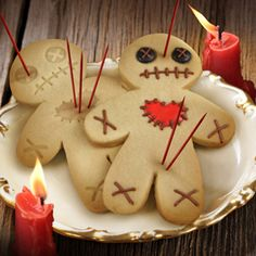 DIY voodoo doll cookies out if gingerbread men. Perfect for a Halloween party! Halloween Pizza, Creepy Halloween Party, Halloween Goodies, Holidays Halloween, Halloween Treats, Happy Halloween, Cheap Halloween, Halloween Biscuits, Voodoo Halloween