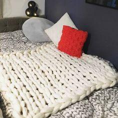 スヌードやマフラーの編み方で、幅広く編めばブランケットにもなります。とってもあったかそう~♪