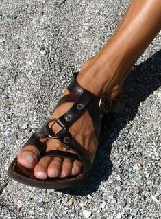 Leather Sandals Flat, Black Sandals, Gladiator Sandals, Shoes Sandals, Flipflops, Minimalist Shoes, Mens Flip Flops, Mode Masculine, Fashion Sandals