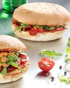 Salami-Burger mit Rucola, Käse und Pesto. Burger Co, Pizza Burgers, Pasta Recipes, Vegan Recipes, Cooking Recipes, Bagels, Dinner Party Recipes, Food Club, Hamburger Recipes