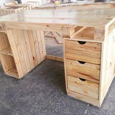 Mesa para computador do jeitinho que nosso cliente pediu ✅♻️ #mesa #façasuaencomenda #pinus #pallet #palete #designer