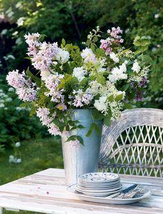 4 tapaa sisustaa kukkakimpuilla