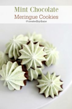Chocolate Chip Meringue Cookies, Mint Chocolate Chips, Easy Meringue Cookies, Meringue Frosting, Chocolate Desserts, Christmas Desserts, Christmas Baking, Christmas Cookies, Coconut Meringue Recipe