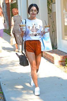 vanessa hudgens, blusa t-shirt com logo Adidas, short marrom, tênis branco