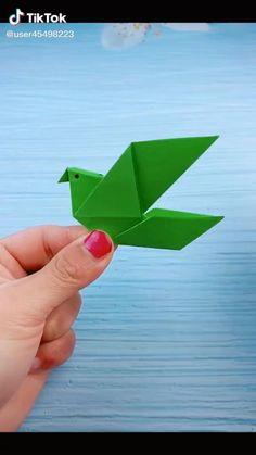 Instruções Origami, Origami Videos, Paper Crafts Origami, Simple Origami, Bird Paper Craft, Paper Folding Crafts, Cool Paper Crafts, Paper Crafts Magazine, Origami Tutorial