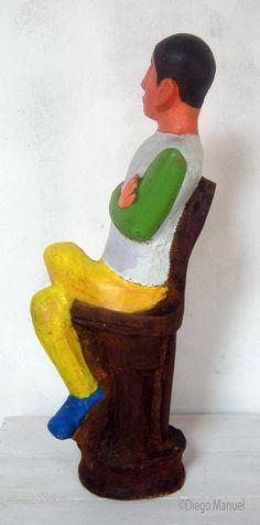 """""""Hombre sentado"""", madera policromada, 21 x 25 x 73 cm., 2014 del escultor Diego Manuel Rodriguez"""
