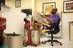 Kobe Bryant of the Los Angeles Lakers reads the newspaper while. Kobe Bryant Quotes, Kobe Bryant 8, Kobe Bryant Family, Bryant Lakers, Love And Basketball, Sports Basketball, Kobe Bryant Pictures, Vanessa Bryant, Kobe Mamba