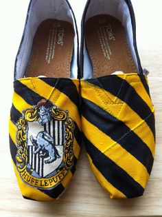 Hogwarts/Harry Potter House TOMS (Hufflepuff for life! Harry Potter Toms, Harry Potter Houses, Hogwarts Houses, Christian Louboutin, Potters House, Hufflepuff Pride, Do It Yourself Fashion, Painted Shoes, Painted Vans