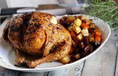Az igazán ropogós bőrű sült csirke titka a jó sok vaj. Julia Child nem véletlenül volt a vaj nagy rajongója. A hús bőre extra ropogós, íze pedig teljesen más lesz, mint az olajtól.Ilyenkor ősszel szeretek csirkét egyben sütni. Eddig általában sütőzakcsóban készítettem, és csak a végén pirítottam… Turkey, Meat, Food, Turkey Country, Essen, Meals, Yemek, Eten