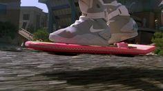 """Lá em 1989, o grande sucesso de bilheteria """"De Volta Para o Futuro"""" ganhou uma continuação, quatro anos depois de seu lançamento."""