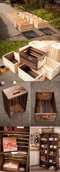 Des caisses de bois (pour des neuves, Walmart en vend pour environ 10$ l'unité) sont transformées en une bibliothèque au look rustique.