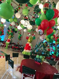 Grinch Christmas Decorations, Grinch Christmas Party, Christmas World, Christmas Birthday Party, Christmas Balloons, Grinch Party, Mickey Mouse Christmas, Grinch Cake, Balloon Decorations