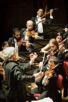 Pinchas Zukerman rege o naipe de cordas da OSB - violinista foi também o maestro na apresentação na Cidade das Artes. Foto: Cicero Rodrigues