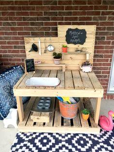 Outdoor Play Kitchen, Diy Mud Kitchen, Mud Kitchen For Kids, Kitchen Set Up, Backyard For Kids, Diy For Kids, Backyard Decks, Pallet Kids, Diy Table