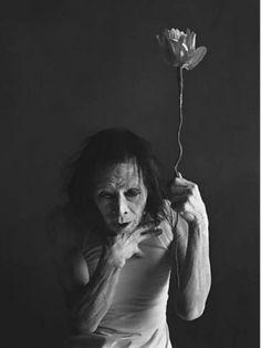 Eikoh Hosoe. Conhecido por suas imagens de forte carga emocional e psicológica, o fotógrafo japonês Eikoh Hosoe ganha exposição inédita no Brasil que reúne fotos que exploram a morte, a irracionalidade e o erotismo obsessivo.