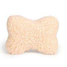 Een schapenvacht knuffelbeen met piep. Extra zacht. In de vorm van een bot. Kleur: beige.